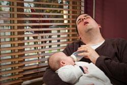 Père s'endormant en donnant le biberon