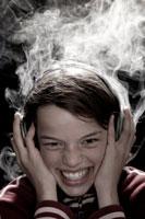Une enfant et de la fumée