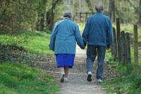 Des retraités se promènent