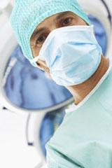 Un chirurgien regarde un patient